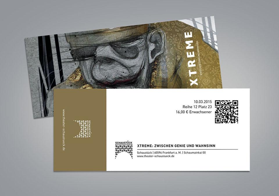 Vorder- und Rückseite einer Eintrittskarte zum fiktiven Theaterstück 'Xtreme: Zwischen Genie und Wahnsinn'