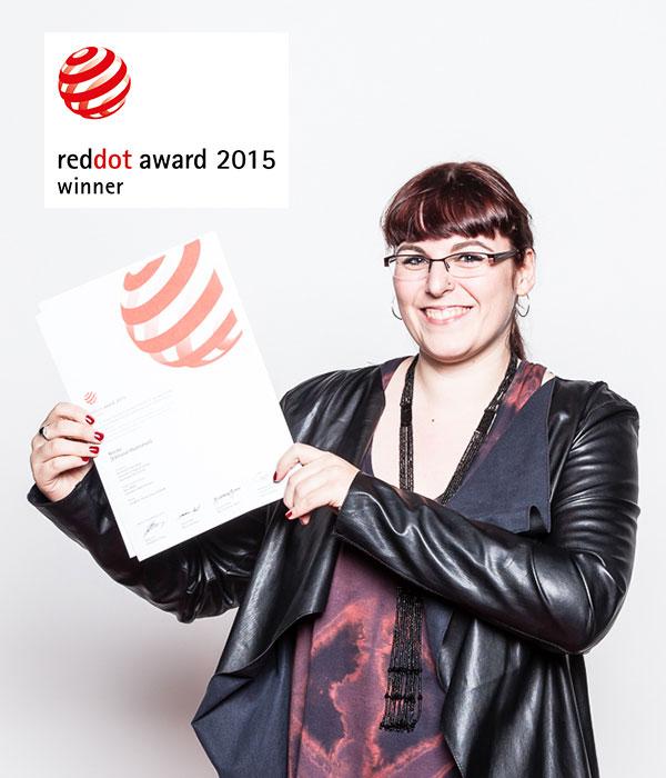 Josephine Stenger-Ruh mit Red Dot Award Urkunde